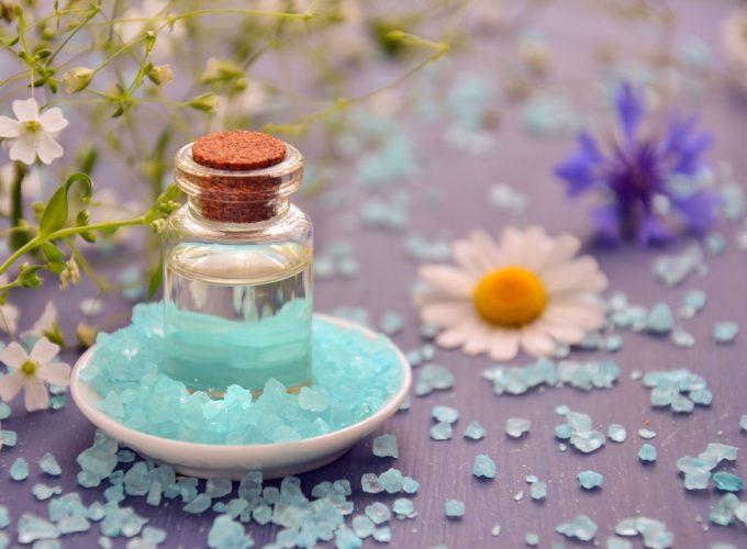 Esenciální oleje pro naše vlasy. Jaké působí proti suchosti nebo vypadávání?