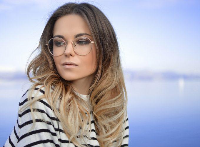 Nosíte brýle? Máme pro vás tipy pro perfektní líčení, které pod nimi vynikne